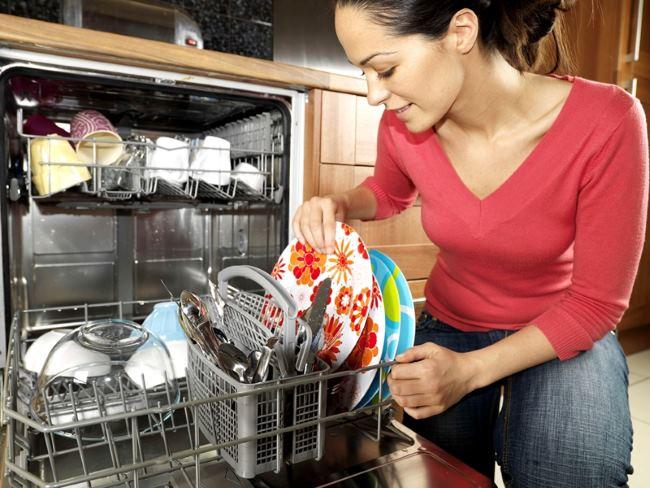 мыть посуду в посудомоечной машине