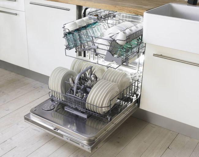 помыть посуду в посудомоечной машине