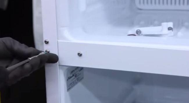 перевесить дверь холодильника индезит