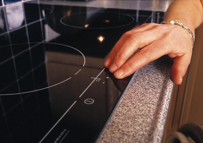 закрепить варочную панель к столешнице