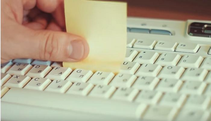 Очистка клавиатуры стикером